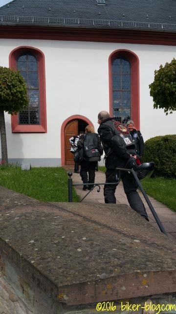 Das Glockenläuten ruft die Biker in die Kirche